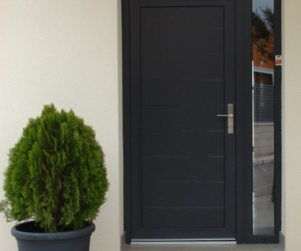 Puerta panel liso con lineas aluminio antracita